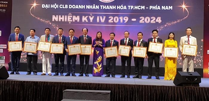 Bà Lê Thị Thìn, Phó Chủ tịch UBND tỉnh Thanh Hóa tặng bằng khen cho Ban Chấp hành nhiệm kỳ 3.